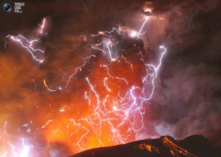 Shinmoedake volcanic eruption with lightning
